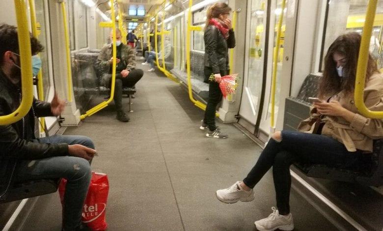 Passagiere in einer U-Bahn dts