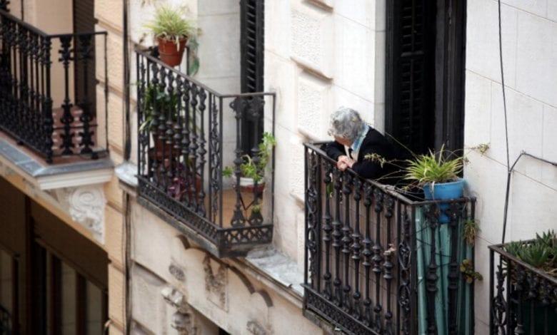 Seniorin schaut von einem Balkon dts