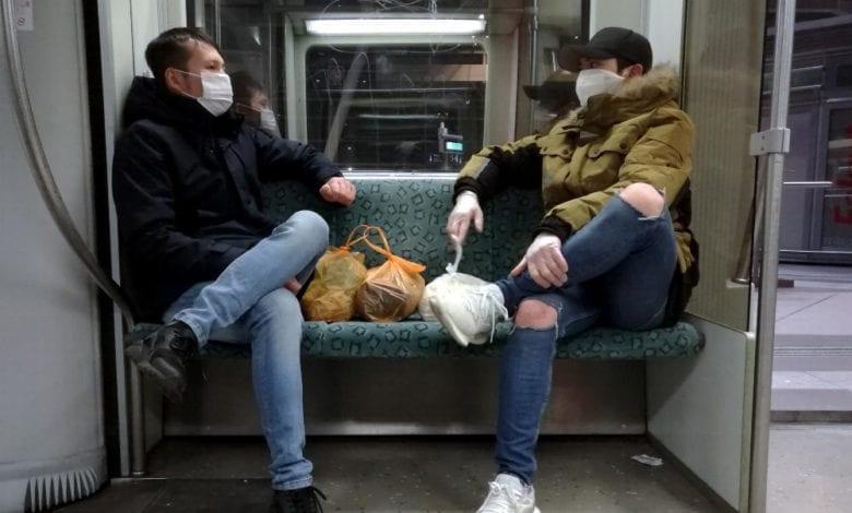Zwei Männer mit Mund-Nasenschutz dts