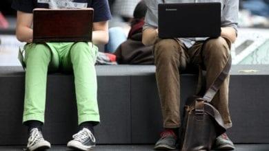 Zwei Männer surfen im Internet dts