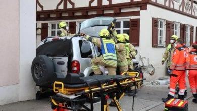 Unfall Ichenhausen Pkw gegen Gasthaus 18042021 4